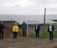 Zu sehen sind Verantwortliche vor dem Photovoltaik-Kraftwerk Sinsheim, mit dem die N-Ergie in die sonstige Direktvermarktung einsteigt.