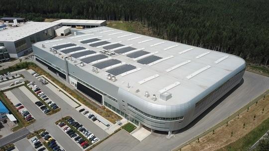 Zu sehen ist die Halle der Boysen Gruppe, die für Photovoltaik im Schwarzwald geeignet ist.