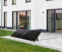 Zu sehen ist die Stecker-Solaranlage von SelfPV in einer Variante auf der Terrasse.