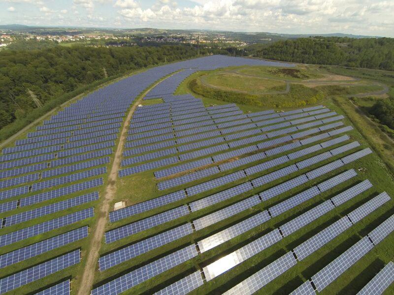 ZU sehen ist eine Luftaufnahme des Photovoltaik-Solarpark mit Bürgerfinanzierung.