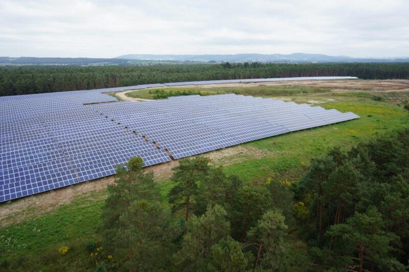 Große Solartromanlage, umgeben von Bäumen