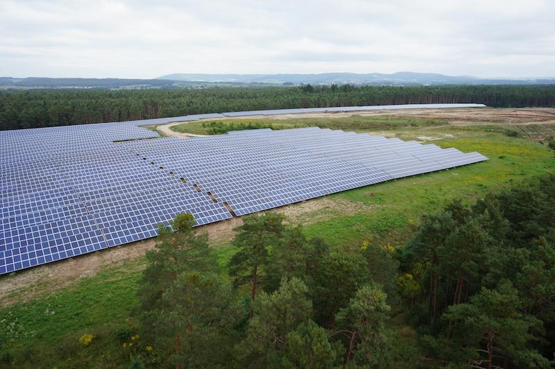 Große Solartromanlage, um geben von Bäumen