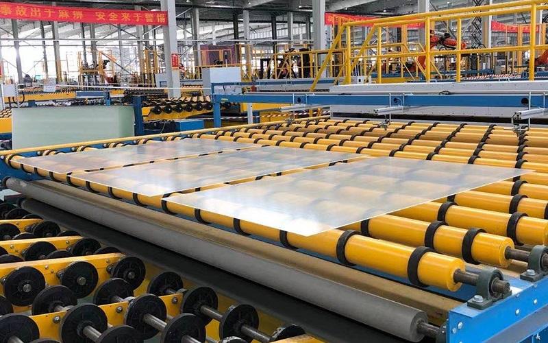 Zu sehen ist eine der Ziehglaslinien für die Solarglas-Herstellung von Grenzebach.
