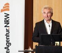Links im Bild das Abgeschnittene Logo der EnergieAgentur.NRW, rechts im Bild NRW-Wirtschaftsminister Andreas Pinkwart