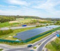 Solarpark Engen zwischen Autobahn und Fernstraße