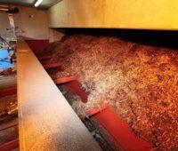Zu sehen sind Holzhackschnitzel, Rohstoff für die klimafreundliche Wärme aus Holz.