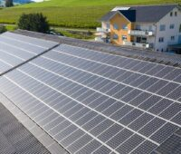 Zu sehen ist eine Photovoltaik-Anlage in Baden-Württemberg. Allein für die Elektromobilität in Baden-Württemberg bedarf es deutlich mehr solcher Solarstromanlagen.