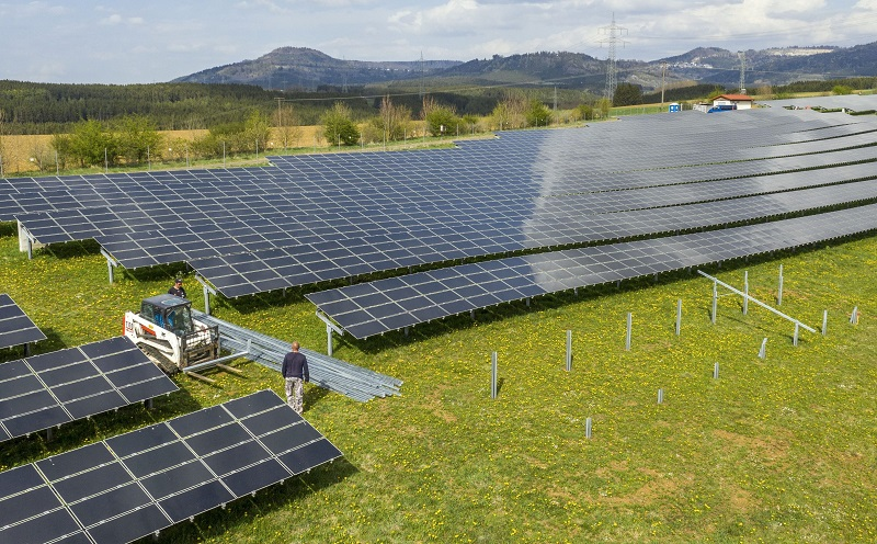 Zu sehen ist eine Freiflächen-Photovoltaikanlage, die Strom für grünen Wasserstoff produzieren kann. Grüner Wasserstoff als Brennstoff für die Gasheizung ist aber keine Option.