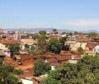 Zu sehen ist das Dorf Mahavelona in Madagaskar, das von dem Projekt Solarstrom in Afrika profitieren soll.