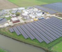 Luftbild von Klär- und benachbarter Photovoltaikanlage