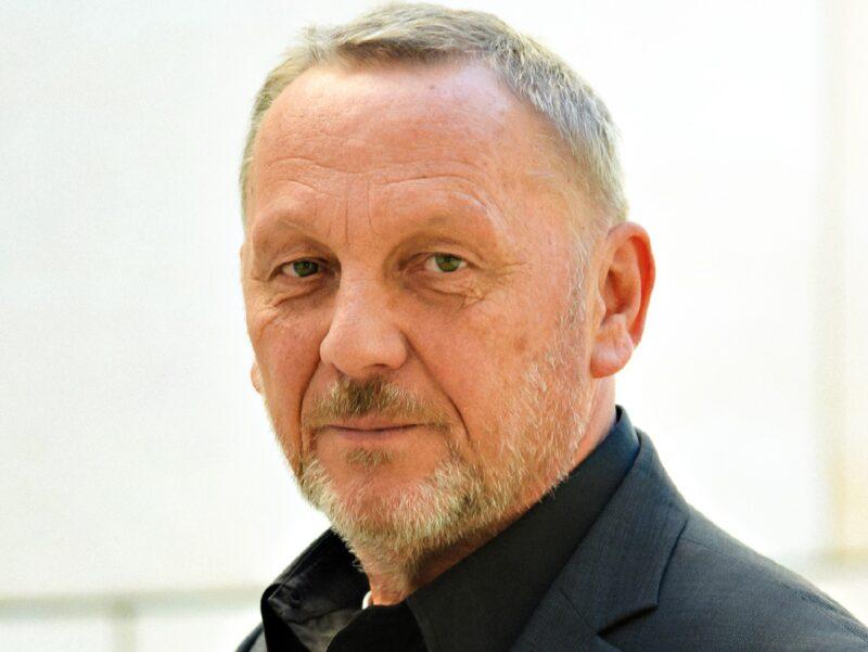 Zu sehen ist Reiner Priggen, Vorsitzender des LEE NRW, der den Erneuerbaren-Ausbau in NRW kommentiert.