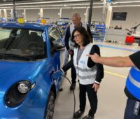 Die neuen Besitzer des ersten e.Go Elektroautos sind in der Fertigung bei e.GO Mobile in Aachen zu sehen.