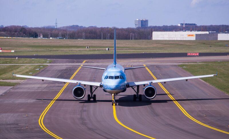 Zu sehen ist ein Flugzeug auf der Landebahn, die PtL-Roadmap soll Fliegen klimafreundlicher machen.