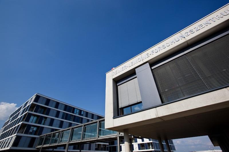 Modernes, quaderförmiges Gebäude vor blauem Himmel: Reiner Lemoine Forschungszentrum bei Q Cells in Thalheim