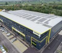 Produktionshalle mit dachinterierten Photovoltaik-Modulen