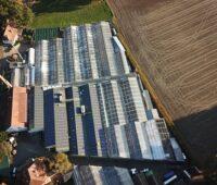 Photovoltaik für Pflanzenzüchtung: Blick auf der Luft auf das gebäude der Block Bio Science.