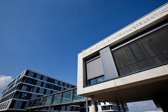Zu sehen ist das F&E-Zentrum in Thalheim von Q CELLS, wo die Q.ANTUM Photovoltaik-Technologie des Unternehmens entwickelt wird.