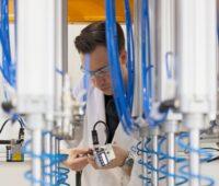 """Zu sehen ist ein Mitarbeiter von Q Cells in der Qualitätskontrolle. Das Prüfsiegel """"Quality Controlled PV"""" ist besonders streng."""