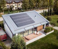 Auf einem Dach eines Einfamilienhauses in Polen ist eine PV-Abnlage installiert.