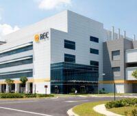 Zu sehen ist ein Gebäude von REC. Mit dem REC ProPortal geht der Kontakt zum Unternehmen in Zukunft online.