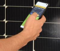 Zu sehen ist eine Hand mit Smartphone, auf der die SunSnap App läuft.