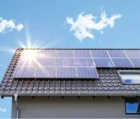 Zu sehen ist Hausdach mit einer Photovoltaik-Anlage. Der Runde Tisch Erneuerbare Energien (RT-EE) fordert beim Wiederaufbau nach der Flutkatastrophe 100 % Erneuerbare Energien einzusetzen.