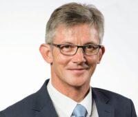 Zu sehen ist Ralph Spiegler, Präsident des Deutschen Städte- und Gemeindebundes (DStGB), der ein Klimaschutz-Beschleunigungsgesetz vorschlägt, um die Umsetzung von Maßnahmen zum Klimaschutz zu beschleunigen.