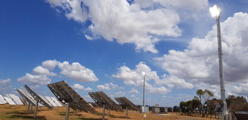 Zu sehen ist ein Turmkraftwerk für die hochkonzentrierende Photovoltaik.