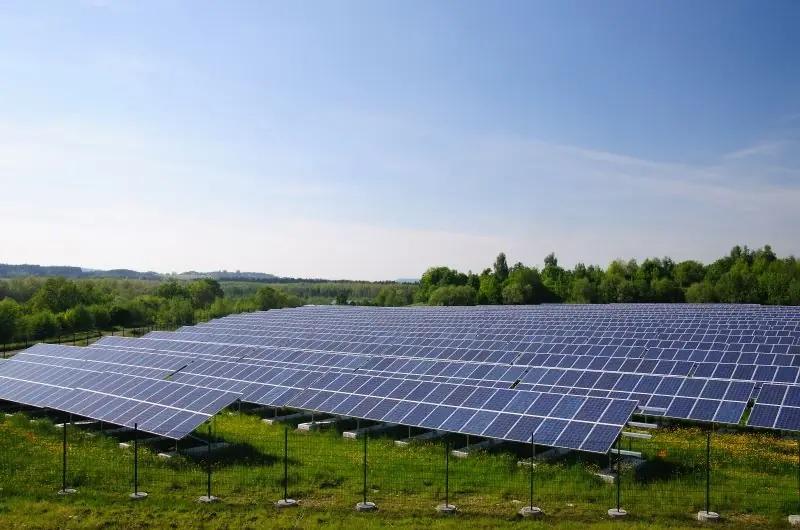 Zu sehen ist ein Photovoltaik-Solarpark, der bei einem Defekt von einen Photovoltaik-Module von Rinovasol saniert werden könnte.