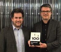 Zu sehen sind Ritter-Beiratsvorsitzender Moritz Ritter und Ritter-Geschäftsführer Matthias Johler, mit dem Preis vom Innovationswettbewerb Top 100.