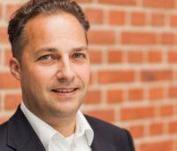 Zu sehen ist bne-Geschäftsführer Robert Busch, der zur EEG-Novelle anmerkt, dass Innovation fehlt.