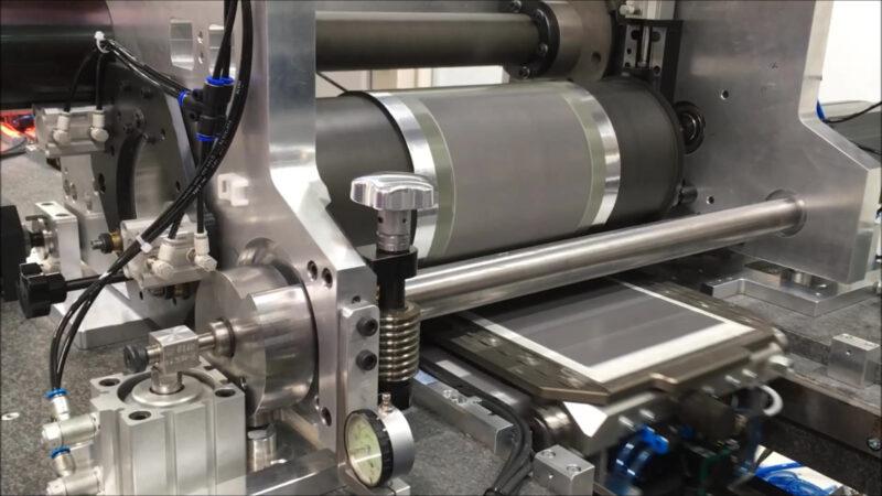 Eine Maschine schechichtet einen Siliziumwafer.
