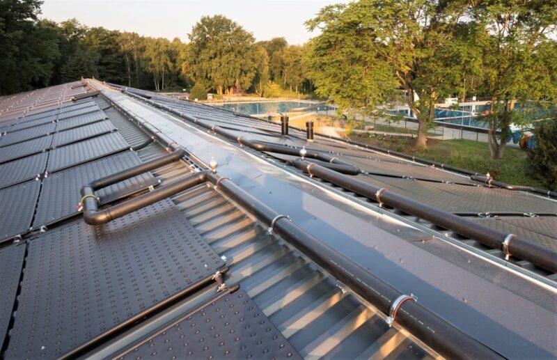 Zu sehen ist das Dach des Technikgebäudes mit den Schwimmbadabsorbern HelioPool.