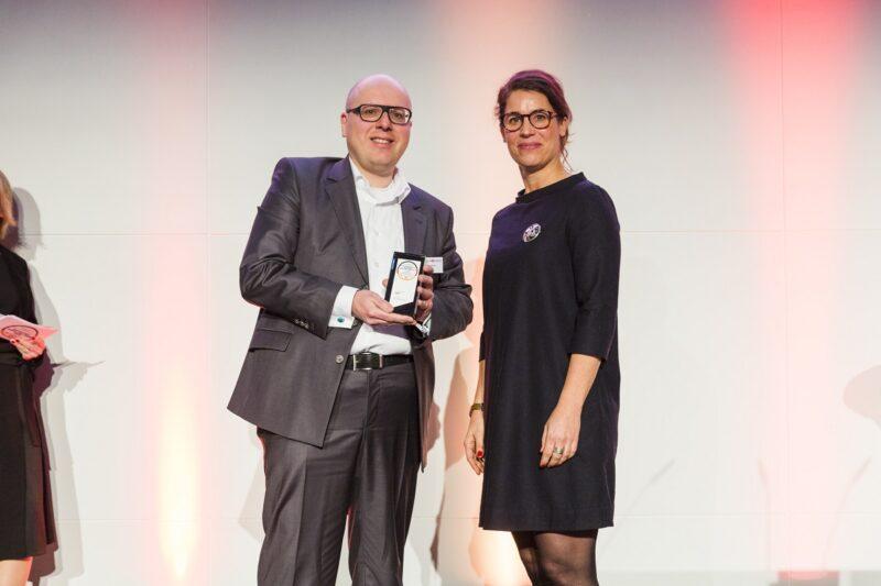 SENEC erhält den Deutschen Exzellenz-Preis. Zu sehen ist die Presiübergabe im Jahr 2019.