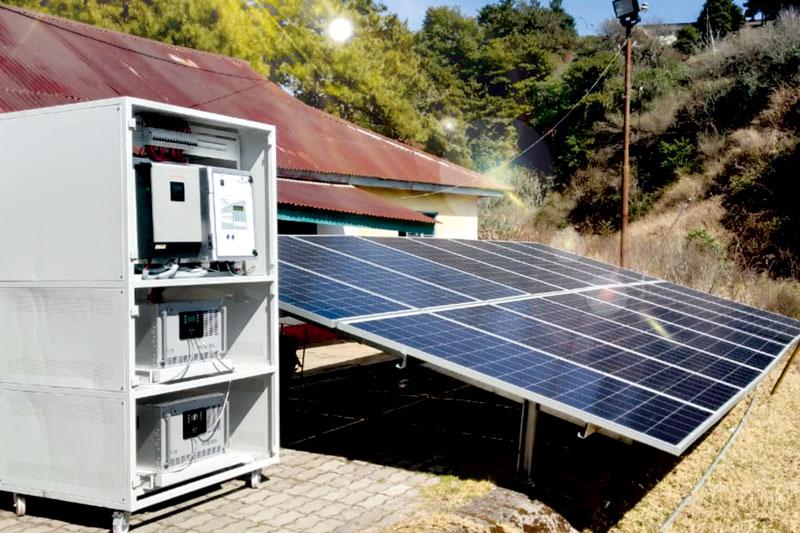 Vordergrund Brennstoffzelle, Hintergrund PV-Module