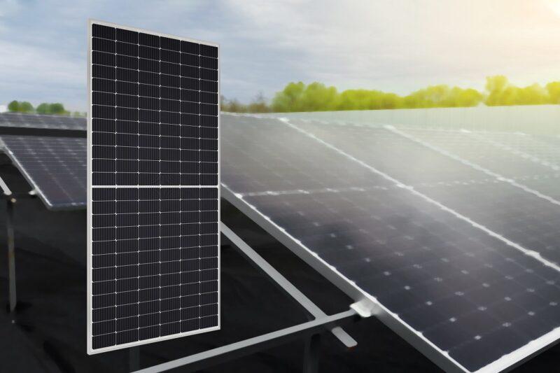 Zu sehen ist das neue 445-W-Halbzellen-Photovoltaik-Modul von Sharp.