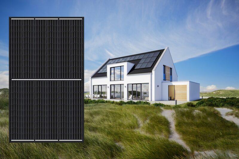 ZU sehen ist eine Fotomontage aus Haus mit PV-Dach und dem schwarzen Halbzellen-Photovoltaik-Modul von Sharp.