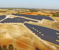 Photovoltaikanlage in trockener Hügellandschaft