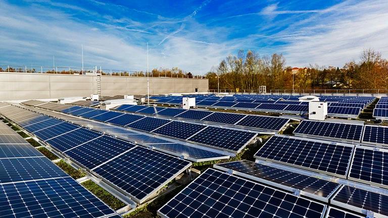 Zu sehen ist eine Solaranlage, die man mit dem Photovoltaik-Planungstool Sunny Design von SMA auslegen könnte.