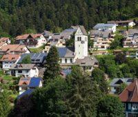 ZU sehen ist ein idyllisches Dorf mit vielen Photovoltaik-Anlagen, die für das Energiemanagement für die Bürgerenergiewende geeignet sind.
