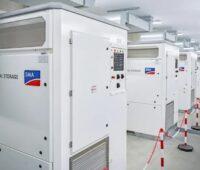 Zu sehen ist Großspeicheranlage mit SMA-Komponenten. Der Solar-Wechselrichterspezialist SMA hat seinen Umsatz gesteigert.