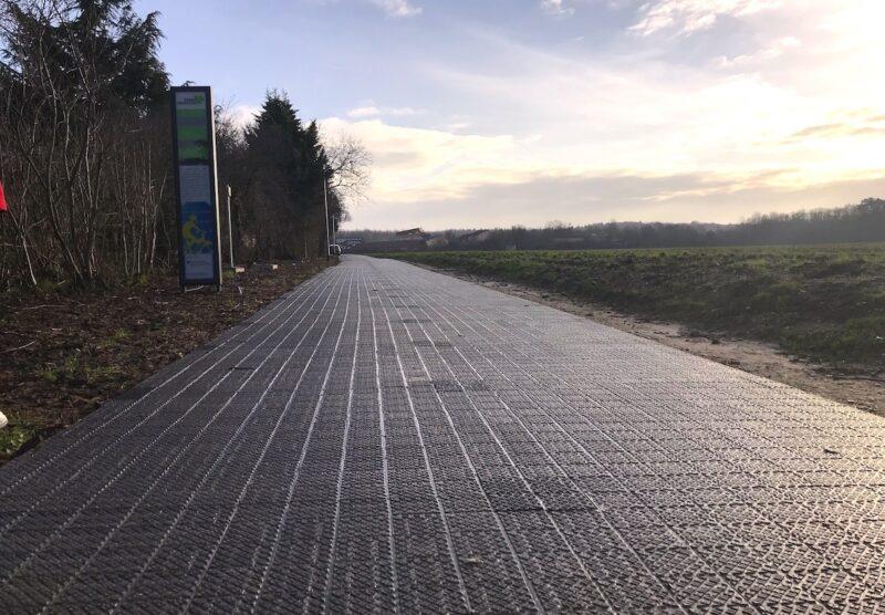 Zu sehen ist eine Smart Solar Street in Form eines Radweges in Erftstadt.