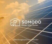 Zu sehen ist eine Darstellung mit Photovoltaik-Dach und dem Firmenlogo von Somodo, den neunen Anbieter für Photovoltaik, PV-Speicher und Wallbox.