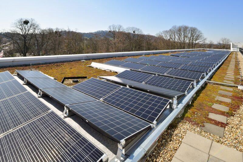 Zu sehen ist das Solardach zum Mieten in Aachen auf dem Trianel-Gebäude.