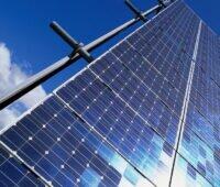 Solarmodule vor blauem Himmel