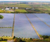Luftbild einer großen Freiflächenanlage.