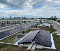 Zu sehen ist die Photovoltaik auf dem Dach des Gewofag-Gebäudes am Innsbrucker Ring in München.