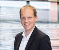 Zu sehen ist Samuel Schweizer, der die Leitung des Familienunternehmens Ernst Schweizer AG übernommen hat.