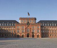 Die Fassade des Barockschloss Mannheim besteht aus rötlichem Sandstein