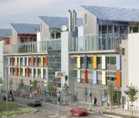 Zu sehen ist eine Gebäudezeile mit Gewerbeobjekten, die mit dem Solrif-Montagesystem ausgestattet ist.